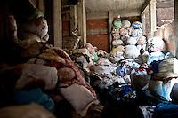 2011 Mokattam Garbage City (alla periferia del Cairo) il quartiere copto dove si vive in mezzo alla spazzatura raccolta: un uomo tra i sacchi dell'immondizia,The Coptic Cairo where people lives in the middle of the garbage collection: a man among the garbage bags