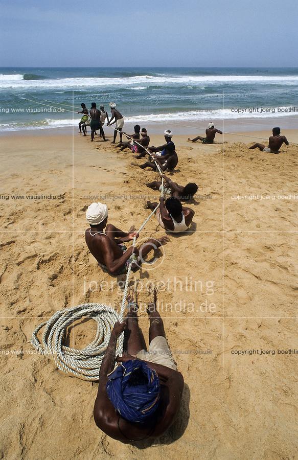 INDIA, Kerala, coast fisherman pull the nets/ INDIEN, Kerala, Kuestenfischer holen die Netze ein