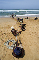 INDIA, Kerala, coast fisherman pull the nets/ INDIEN, Kerala, Kuestenfischer holen die Netze ein