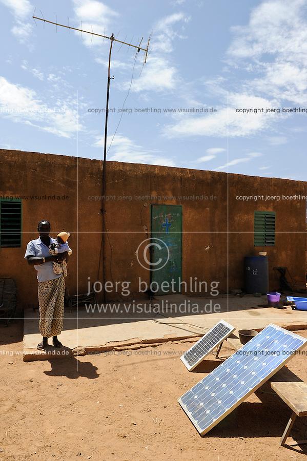 BURKINA FASO Dori, Photovoltaic panel in village / BURKINA FASO Dori, Nutzung von Photovoltaik in einem Dorf