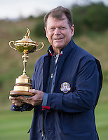 23.09.2014. Gleneagles, Auchterarder, Perthshire, Scotland.  The Ryder Cup.  Tom Watson USA Team Captain with the Ryder cup during the Team USA photo call.