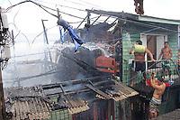 Incêndio atinge  cinco casas na Vila Caripunas na avenida Bernardo Sayão, entre travessa dos Timbiras e Pariquis, bairro do Jurunas.<br /> Segundo o corpo de bombeiros o fogo teve início por volta de 10h15 se alastrando rapidamente pelas casas de madeira construídas na área.<br /> Belém, Pará, Brasil<br /> Foto: Ney Marcondes<br /> 16/12/2014