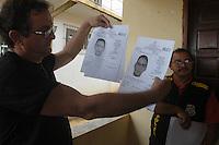 Delegado Waldir Freire e delegado Marcelo<br /> <br /> <br /> PDS Esperança.<br /> Um dia após o enterro da missionária americana Dorothy Mae Stang, assassinada último dia 12/02,  agentes das polícias civil, federal e militar  em busca de informações <br /> O clima é tenso  após o assassinato da religiosa ocorrido no municÌpio.<br /> Irmã Dorothy, 73 anos  vinte oito dos quais na Amazônia foi sassinada brutalmente as 7: 30 de 12/02/2005 quando saia de uma casa no PDS Esperança.<br /> Anapú, Pará, BrasilFoto Paulo Santos/Interfoto16/02/2005