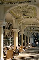 "Asie/Inde/Maharashtra/Bombay: Hôtel ""Taj Mahal Bombay"" - La galerie côté jardin"