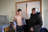 Mutter mit ihrem 15-jährigen Sohn Nikolaj in der<br />Röntgenabteilung des Krankenhauses in Chisinau. Bei ihm wird<br />eine bereits fortgeschrittene Infektion festgestellt. Die Krankheit<br />betrifft vor allem die Lunge, kann aber auch auf andere Organe<br />übergreifen. Unbehandelt führt die Infektion meist in zwei bis fünf<br />Jahren zum Tod. // Moldova is still the poorest country of Europe. Hopes to join the European Union are high. After progress in the past years tuberculosis is on the rise again. The number of new patients raise since 2010 and is on a level that has not been reached since the late 90s.