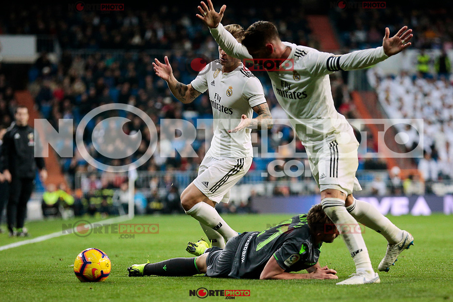 Real Madrid's Toni Kroos (L) and Sergio Ramos (R) and Real Sociedad's Adnan Januzaj during La Liga match between Real Madrid and Real Sociedad at Santiago Bernabeu Stadium in Madrid, Spain. January 06, 2019. (ALTERPHOTOS/A. Perez Meca)<br />  (ALTERPHOTOS/A. Perez Meca) /NortePhoto.com