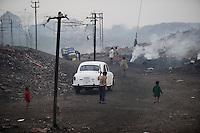INDIA Jharia, open-cast coal mining of BCCL Ltd a company of COAL INDIA, burning coal fields / INDIEN Jharia , offener Kohle Tagebau von BCCL Ltd. ein Tochterunternehmen von Coal India, unterirdisch brennende Kohlefloeze