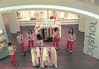 - Milano, megastore di abbigliamento Zara in corso Vittorio Emanuele....- Milan, Zara clothing store in  Vittorio Emanuele avenue