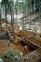 No meio da mata garimpeiros continuam a cavar em busca de ouro na grota Rica. Milhares de garimpeiros se encontram espalhados pela região do Garimpo em busca de novas jazidas. O garimpo descoberto em Novo Aripuanã, no sul do Amazonas no igarapé da Preciosa, um afluente do rio Juma (a 70 km da cidade de Apuí) vai crescendo com dezenas de buracos abertos sob a selva.<br /> Novo Aripuanã, Amazonas, Brasil<br /> Foto Paulo Santos / Acervo H