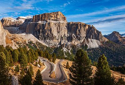 Italien, Trentino - Alto Adige, oberhalb von Canazei: die Sella-Joch-Passstrasse vor dem Sella Massiv mit dem Sass Pordoi   Italy, Trentino - Alto Adige, above Canazei:  Sella Pass Road and Sella Group with Sass Pordoi