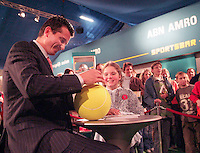 25-2-06, Netherlands, tennis, Rotterdam, Tournament director Richard Krajicek signs autographs