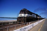 Trem da Cia Vale do Rio Doce atravessa a ponte rodoferroviária sobre o rio Tocantins.<br /> Marabá, Pará, Brasil<br /> 2003