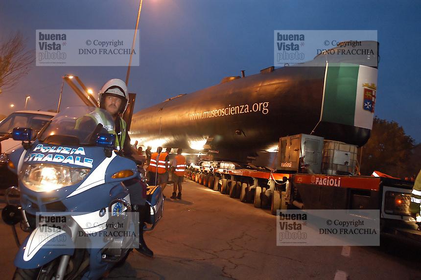 - transport of  Enrico Toti submarine, given by Italian Navy to Science and Technique museum of Milan ....- trasporto del sommergibile Enrico Toti, donato dalla Marina Militare italiana al museo della Scienza e della Tecnica di Milano