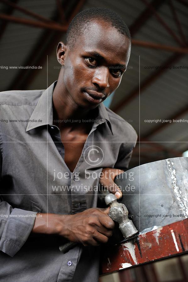 KENIA Turkana Region, refugee camp Kakuma, vocational training, metal workshop / Fluechtlingslager Kakuma, Berufsausbildung fuer Fluechtlinge