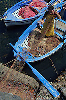 Europe/Italie/Sicile/Aci Trezza : Pêcheur sur le port