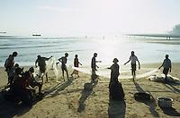 INDIA, island Little Andaman, coast fisherman landing catch /  INDIEN Andamanen, Insel Little Andaman, Kuestenfischer holen die Netze ein