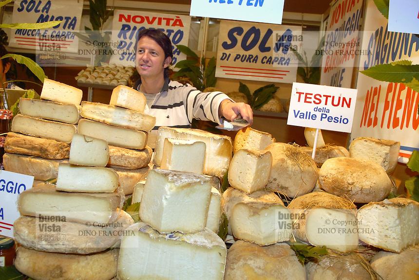 - truffle market in Alba, sale of typical cheeses....- mercato dei tartufi ad Alba, vendita di formaggi tipici