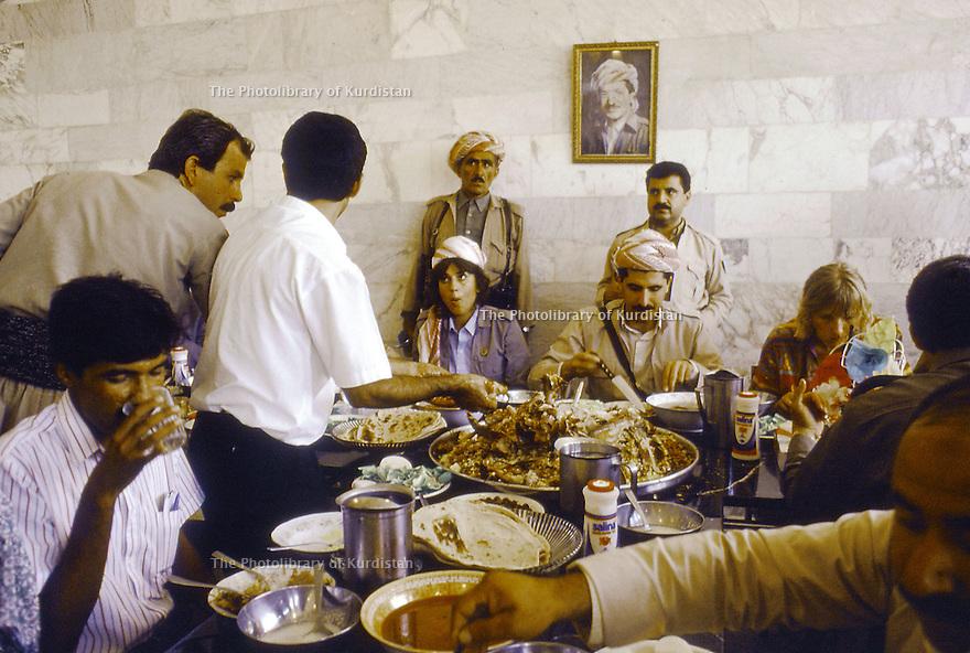 Irak 1991  Nechirvan Barzani reçu chez une famille à Duhok     Iraq 1991  Nechirvan Barzani sharing lunch in the house of a family in Duhok