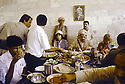 Irak 1991  Nechirvan Barzani reçu chez une famille à Duhok     Iraq 1991  Nechirvan Barzani sharing lunch in the house of a family in Duhok