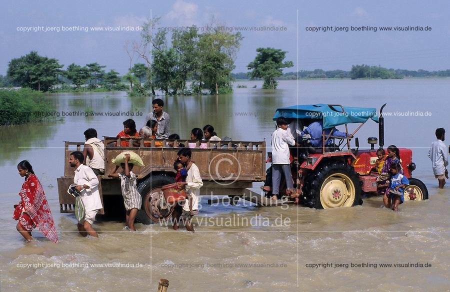INDIA Bihar, Monsoon flood and submergence at Bagmati river a branch of Ganga River / INDIEN Bihar, Ueberschwemmung am Bagmati Fluss im Monsun