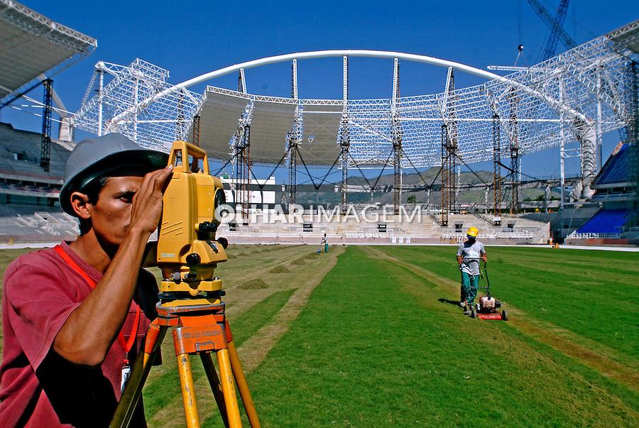 Trabalho de construção civil, obras do Pan Americano. Rio de Janeiro. 2007. Foto de Ricardo Azoury.