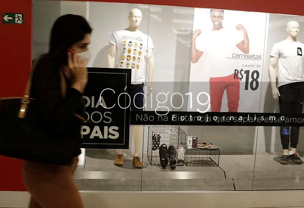 Campinas (SP), 06;08/2020 - Comércio/Dia dos Pais - Movimentação e vitrines de lojas prontas para o Dia dos Pais no shopping de Campinas, interior de São Paulo, nesta quinta-feira (06).