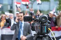 Der aegyptische Praesident Abdel Fattah al-Sisi kam am 3. und 4. Juni 2015 zu einem Staatsbesuch nach Berlin.<br /> Im Vorfeld gab es Proteste gegen diesen Besuch, da in Aegypten u.a. massenweise Todesurteile gegen Regierungsgegner verhaengt und missliebige Journalisten verhaftet werden. Bundestagspraesident Norbert Lammert sagte ein Treffen mit al Sisi ab. Bundespraesident Gauck hingegen empfing den Praesidenten mit militaerischen Ehren und Bundeskanzlerin Merkel lud ihn in das Bundeskanzleramt ein.<br /> Im Bild: Ca. 200 Anhaenger von al Sisi feiern seinen Besuch in Berlin mit Fahnen, Transparenten, Sprechchoeren Musik und Luftballons. Unter den Demonstranten kam es kurz zu einer Auseinandersetzung mit vermeindlichen Gegnern des Praesidenten. Zwei Personen wurden von der Polizei festgenommen.<br /> Im Bild: Ein aegyptischer TV-Journalist sendet live in seine Heimat.<br /> 3.6.2015, Berlin<br /> Copyright: Christian-Ditsch.de<br /> [Inhaltsveraendernde Manipulation des Fotos nur nach ausdruecklicher Genehmigung des Fotografen. Vereinbarungen ueber Abtretung von Persoenlichkeitsrechten/Model Release der abgebildeten Person/Personen liegen nicht vor. NO MODEL RELEASE! Nur fuer Redaktionelle Zwecke. Don't publish without copyright Christian-Ditsch.de, Veroeffentlichung nur mit Fotografennennung, sowie gegen Honorar, MwSt. und Beleg. Konto: I N G - D i B a, IBAN DE58500105175400192269, BIC INGDDEFFXXX, Kontakt: post@christian-ditsch.de<br /> Bei der Bearbeitung der Dateiinformationen darf die Urheberkennzeichnung in den EXIF- und  IPTC-Daten nicht entfernt werden, diese sind in digitalen Medien nach §95c UrhG rechtlich geschuetzt. Der Urhebervermerk wird gemaess §13 UrhG verlangt.]