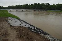 """Andauernde Regenfälle haben die Flusspegel in und um Leipzig erheblich steigen lassen - die Stadt Leipzig erläßt Sonderverordnung, die das Betreten der Hochwasserschutzanlagen strengstens untersagt - die Wehre sind ausgelastet und die Überflutungsflächen bereits jetzt randvoll - weitere Niederschläge sind angekündigt, eine Besserung der Lage bislang nicht in Sicht - im Bild: Die Weiße Elster ist stark überläufig an der neuen Brücke an der Brückenstraße in Knauthain / Knautkleeberg wurden am 01.06.2013 noch Sicherungsmaßnahmen mittels Planen und Beschwerungen an dem Deichanschluss vorgenommen - Anwohner berichten vor Ort """"Das Wasser hat hier noch nie so hoch gestanden - die Pfeiler der Eisenbahnbrücke ragen nur noch wenige Zentimeter aus dem Wasser.  Foto: Norman Rembarz"""