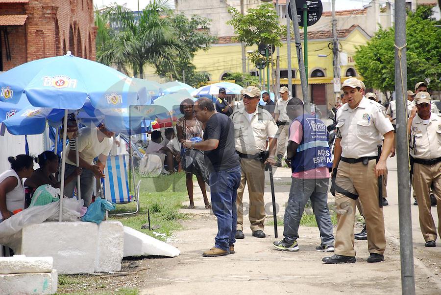 RIO DE JANEIRO, RJ 17 DE JANEIRO 2013 - FILA DE CADASTRAMENTO DE AMBULANTES PARA O CARNAVAL 2013 -  Nesta manhã de quinta feira (17) uma fila enorme de candidatos a vendedores ambulantes para o carnaval de rua da cidade fluminense. Esse cadastro será no dia 22 de janeiro e desde domingo ja tem muita gente na fila a espera de uma autorização. O local fica na Gamboa nos fundos da Cidade do Samba onde o patrulhamento do choque de ordem reprime quem monta acampamento no local. FOTO RONALDO BRANDAO /BRAZIL PHOTO PRESS.