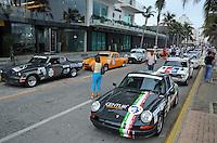 VERACRUZ.- Esta mañana arranco la Carrera Panamericana en el paseo del malecon porteño, donde se registro una gran afluencia de aficionados al automovilismo y de autos clasicos. /FOTOJAROCHA.COM/