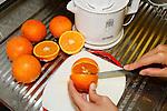 Cut open an Orange. Eine Orange auseinander schneiden. Making orange juice,