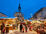 Deutschland, Bayern, Oberbayern, Chiemgau, Traunstein: Weihnachtsmarkt auf dem Stadtplatz | Germany, Upper Bavaria, Chiemgau, Traunstein: Christmas Market at Town Square