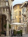 ITA, Italien, Marken, Ascoli Piceno: Cafe und Altstadtgasse direkt an der Piazza del Popolo   ITA, Italy, Marche, Ascoli Piceno: cafe and old town lane next to Piazza del Popolo