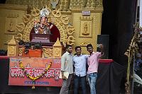 Tre ragazzi fann un selfie davanti alla statua di Ganesh  Indian selfie Ganesh religious March