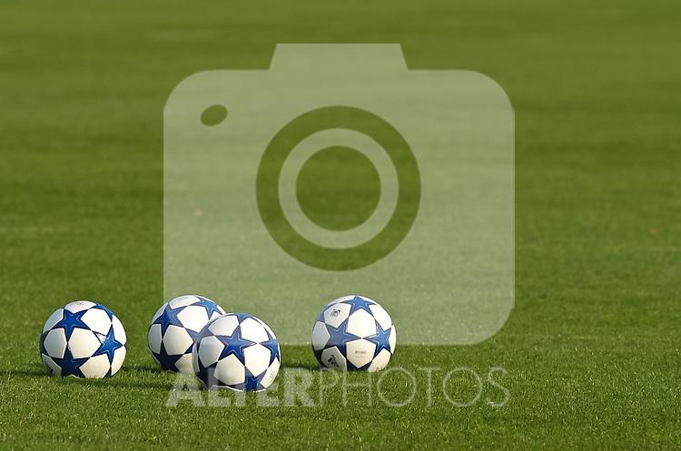 18.10.2010, Trainingsgelaende Werder Bremen, Bremen, GER, 1. FBL, Training Werder Bremen, im Bild Feature Fussbaelle; offizieller Ball der UEFA Champions League   Foto © nph / Frisch