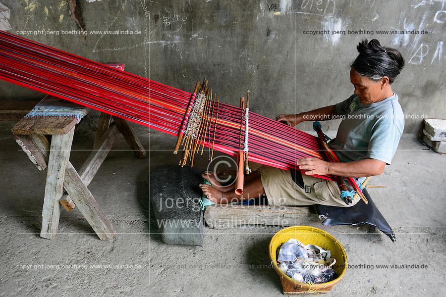 PHILIPPINES, Cordillera highlands, Bontoc, Samoki village, Igorot people, Samoki tribe, women weaving / PHILIPPINEN, Cordilleras, Bontoc, Samuki Dorf, Igorot Volksgruppe, Samoki Clan, Frauen weben traditionelle Stoffe