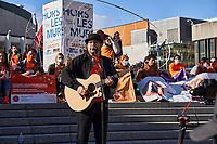 Finale de la Marche pour la Réconciliation, le 30 septembre 2021, sur le parvis de la Place des arts.<br /> <br /> Il s'agit de la 1ere journée de commémoration des enfants des pensionnats.<br /> <br /> En photo : Chanteur Innou Aquesso<br /> <br /> PHOTO : Agence Quebec Presse