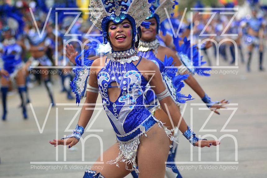 BARRANQUILLA - COLOMBIA, 02-03-2019: Un artista baila durante el desfile Batalla de Flores del Carnaval de Barranquilla 2019, patrimonio inmaterial de la humanidad, que se lleva a cabo entre el 2 y el 5 de marzo de 2019 en la ciudad de Barranquilla. / An artist with a traditional custom performs during the Batalla de las Flores as part of the Barranquilla Carnival 2019, intangible heritage of mankind, that be held between March 2 to 5, 2019, at Barranquilla city. Photo: VizzorImage / Alfonso Cervantes / Cont.