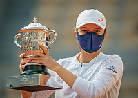 Paris, France, 10 /10/ 2020, Tennis, French Open, Roland Garros,  women's final:  winner  Iga Swiatek (POL) with the trophy<br /> Photo: tennisimages.com