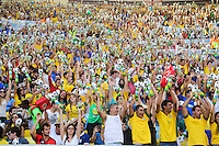 RIO DE JANEIRO, RJ, 02.06.2013 - AMISTOSO INTERNACIONAL / BRASIL X INGLATERRA - Torcedores no Estádio do Maracanã onde logo mais acontece a partida amistosa entre Brasil x Inglaterra no Rio de Janeiro, neste domingo (02). (Foto: William Volcov / Brazil Photo Press).06/2013 - AMISTOSO INTERNACIONAL / BRASIL X INGLATERRA - Neymar jogador do Brasil durante lance de partida contra a Inglaterra partida amistosa no Estádio do Maracanã no Rio de Janeiro, neste domingo (02). (Foto: William Volcov / Brazil Photo Press).