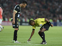 BOGOTÁ -COLOMBIA, 06-12-2014. Imer Machado, árbitro, marca con aerosol un punto de falta durante el partido entre  Independiente Santa Fe y Once Caldas por la fecha 4 de los cuadrangulares semifinales de la Liga Postobón  II 2014 jugado en el estadio Nemesio Camacho el Campín de la ciudad de Bogotá./ Imer Machado, referee, marks with spray a point of fault during the macth between Independiente Santa Fe and Once Caldas during the match for the 5th date of the semifinal quadrangular of the Postobon League I 2014 played at Nemesio Camacho El Campin stadium in Bogotá city. Photo: VizzorImage/ Gabriel Aponte / Staff