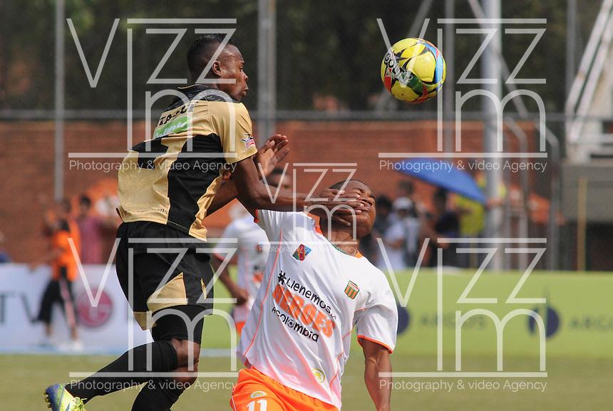 ENVIGADO- COLOMBIA -30-03-2014: Faider Burbano (Der.) jugador de Envigado FC disputa el balón con Carlos Arboleda (Izq.) jugador Itagüi durante  partido Envigado FC y Itagüi por la fecha 13 de la Liga Postobon I 2014 en el estadio Polideportivo Sur de la ciudad de Envigado./  Faider Burbano (R) player of Envigado FC fights for the ball Carlos Arboleda (L) player of Itagüi during a match Envigado FC and Itagüi for the date 13 th of the Liga Postobon I 2014 at the Polideportivo Sur stadium in Envigado city. Photo: VizzorImage / Luis Rios / Str.