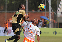 ENVIGADO- COLOMBIA -30-03-2014: Faider Burbano (Der.) jugador de Envigado FC disputa el balón con Carlos Arboleda (Izq.) jugador Itagüi durante  partido Envigado FC y Itagüi por la fecha 13 de la Liga Postobon I 2014 en el estadio Polideportivo Sur de la ciudad de Envigado./  Faider Burbano (R) player of Envigado FC fights for the ball Carlos Arboleda (L) player of Itagüi during a match Envigado FC and Itagüi for the date 13 th of the Liga Postobon I 2014 at the Polideportivo Sur stadium in Envigado city. Photo: VizzorImage / Luis Rios / Str.