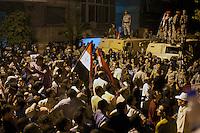 EGITTO, IL CAIRO 9/10 settembre 2011: assalto all'ambasciata israeliana. Migliaia di manifestanti egiziani, ancora infuriati per l'uccisione di cinque guardie di frontiera egiziane da parte dell'esercito israeliano, hanno fatto irruzione nella sede diplomatica israeliana e sono stati poi sgomberati da esercito e polizia egiziana. Nell'immagine: folla di manifestanti con le bandiere dell'Egitto ed esercito sui blindati.<br /> Egypt attack to the Israeli embassy  Attaque à l'ambassade israelienne Caire