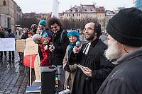 """Am 31. Januar 2015 protestierten auf dem Staromestske Namesti-Platz (Alststaetter Markt / Old Town Square) in Prag Vertreter verschiedener Religionen, Antifaschisten, Sinti und Roma mit einem Gottesdienst, Gesaengen gegen eine Kundgebung von ca. 500 Prager Pegida-Anhaengern. Auf Plakaten und Schildern wurde sich zum Teil ueber die Islamophobie der Pegida-Anhaenger lustig gemacht. Beide Veranstaltungen fanden gleichzeitig nebeneinander auf dem Platz  statt. Aus der Pegida-Kundgebung kamen immer wieder heftige Beschimpfungen und Neonazis versuchten Gegendemonstranten ein Transparent zu entreissen.<br /> Wie in Deutschland bestehen die Pegida auch in Prag aus Neonazis, Hooligans, Islamsfeinde und sog. """"Besorgten Buergern"""".<br /> Im Bild: Der evangelische Pfarrer Mikulas Vymetal haelt einen Gottesdienst fuer Solidaritaet und gegen Pegida ab.<br /> 31.1.2015, Prag<br /> Copyright: Christian-Ditsch.de<br /> [Inhaltsveraendernde Manipulation des Fotos nur nach ausdruecklicher Genehmigung des Fotografen. Vereinbarungen ueber Abtretung von Persoenlichkeitsrechten/Model Release der abgebildeten Person/Personen liegen nicht vor. NO MODEL RELEASE! Nur fuer Redaktionelle Zwecke. Don't publish without copyright Christian-Ditsch.de, Veroeffentlichung nur mit Fotografennennung, sowie gegen Honorar, MwSt. und Beleg. Konto: I N G - D i B a, IBAN DE58500105175400192269, BIC INGDDEFFXXX, Kontakt: post@christian-ditsch.de<br /> Bei der Bearbeitung der Dateiinformationen darf die Urheberkennzeichnung in den EXIF- und  IPTC-Daten nicht entfernt werden, diese sind in digitalen Medien nach §95c UrhG rechtlich geschuetzt. Der Urhebervermerk wird gemaess §13 UrhG verlangt.]"""