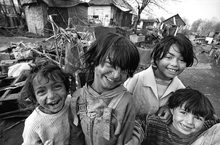 Gradacac / Bosnia 1995<br /> Gruppo di bambini fotografati in un villaggio rom. Group of children photographed in a Roma village. Photo Livio Senigalliesi