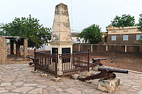 MALI, Kayes, Fort de Médine of former french colonial power, behind slave market / altes Fort der französischen Kolonialmacht und Sklavenhandelsplatz am Fluß Senegal, alter Sklavenmarkt