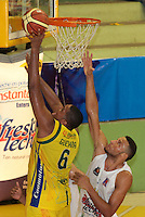 BUCARAMANGA -COLOMBIA, 06-04-2013. Enielsen Guevara de Bambuqueros anota sobre la marca de Hernánde Villamil de Búcaros durante partido de la vigésimacuarta fecha de la Liga DirecTV de baloncesto profesional colombiano disputado en la ciudad de Bucaramanga./ Enielsen Guevara of Bambuqueros scores over the mark of Hernande Villamil of Bucaros during game of the 24th date of the DirecTV League of professional Basketball of Colombia at Bucaramanga city. Photo:VizzorImage / Jaime Moreno / STR