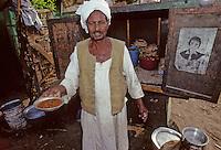 """Afrique/Egypte/Esna: Marchand de """"foul"""" à l'hfèves séches bouillie servies chaudes  à l'heure du petit déjeuner dans les souks"""
