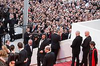 George Clooney salue les fans - CANNES 2016 - MONTEE DES MARCHES DU FILM 'MONEY MONSTER'